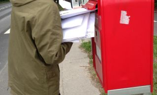 Hjalte som afleverer breve